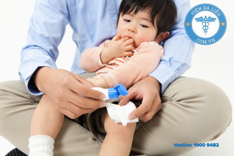 3. Rửa vết thương bằng dung dịch sát khuẩn 1